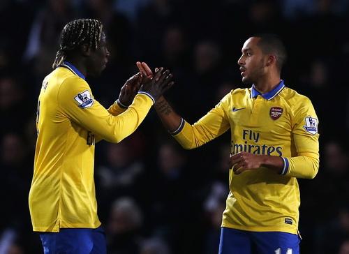 Walcott tỏa sáng với cú đúp, giúp Arsenal ngược dòng lên ngôi đầu