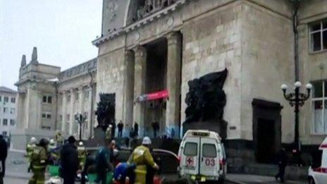 Lực lượng cứu hộ tại nhà ga bị đánh bom. Ảnh: BBC