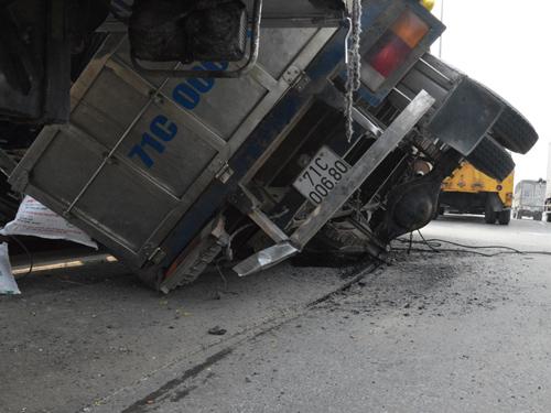 Xe tải gãy cầu sau, văng 2 bánh, giao thông ùn tắc