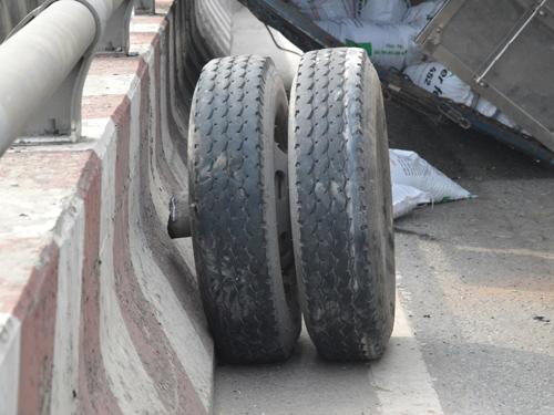 Hai bánh xe sau văng ra ngoài