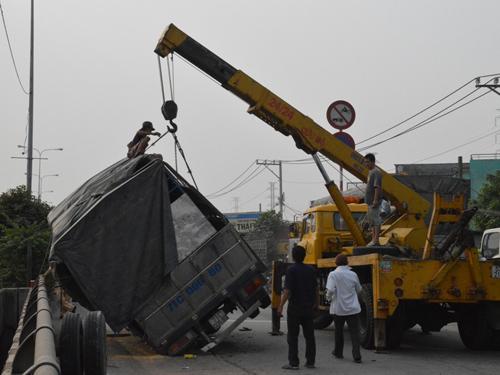 Xe cứu hộ kéo xe tải gặp nạn đi nơi khác