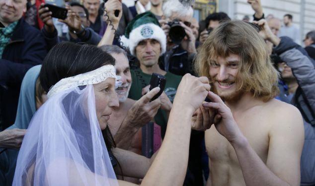 Cô dâu chú rể khỏa thân, tổ chức lễ cưới giữa đường phố
