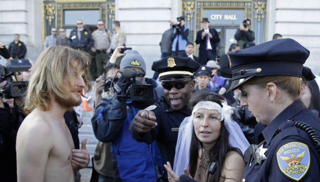 Cảnh sát đến xử lý họ