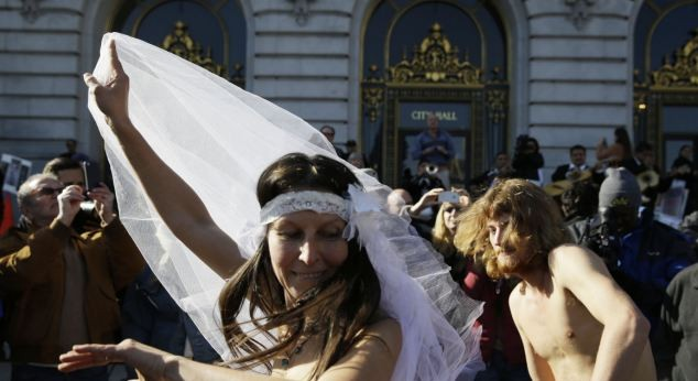 """Bị bắt sau khi """"trần trụi"""" làm đám cưới"""
