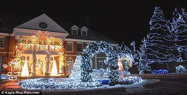 Khu nhà 6 triệu ngọn đèn lung linh vào mỗi dịp Giáng sinh đã sưởi ấm trái tim rất nhiều người