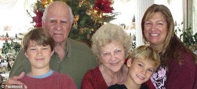 Ông Chakalos bên vợ Rita và các con
