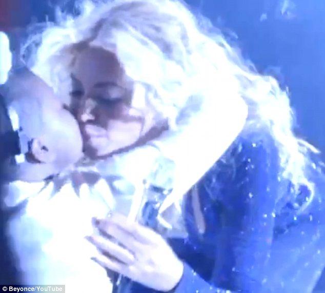 Beyonce lấy nước mắt bé gái 12 tuổi