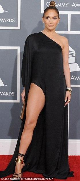 J-Lo và chiếc váy đen không đẹp cho lắm tại lễ trao giải Grammy.