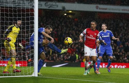 Hàng thủ Chelsea phá bóng trên vạch cầu môn, giữ nguyên mành lưới ở cuối trận