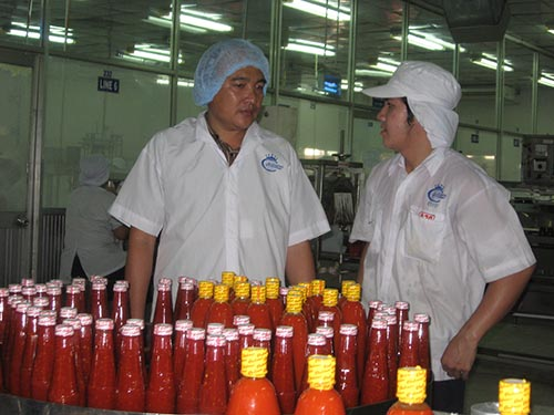 Kỹ sư Huỳnh Đại Trí, Công ty CP Thực phẩm Cholimex ( trái) đạt giải thưởng Tôn Đức Thắng năm 2002  Ảnh: THANH NGA