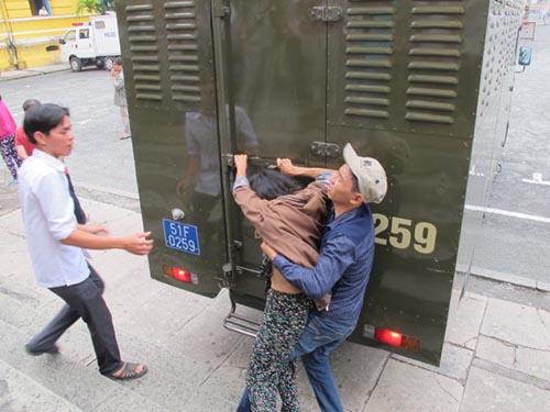 Người thân Hồ Duy Trúc náo loạn sau phiên tòa xử băng cướp chặt tay cướp xe SHẢnh: Phạm Dũng