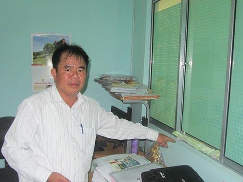Bác sĩ Trịnh Quang Liêu chỉ tay vào vết bẩn mà ông cho là do nước tiểu gây ra