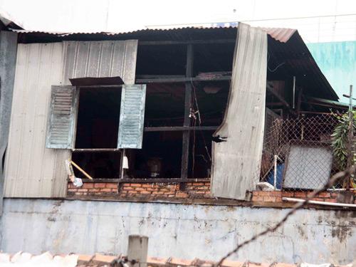 Căn gác gỗ sau khi được dập lửa nhưng nhiều tài sản đã bị thiêu rụi.