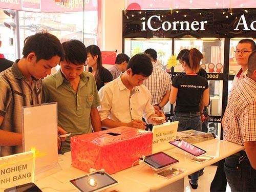 Mỗi năm người Việt Nam chi khoảng 1 tỉ USD cho việc mua sắm điện thoại mới Ảnh: Chánh Trung