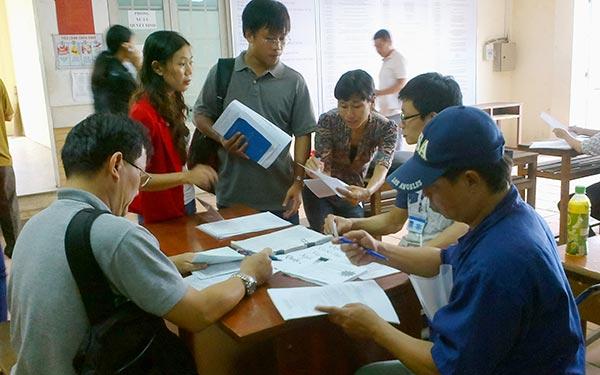 Người lao động đăng ký thất nghiệp tại Trung tâm Giới thiệu Việc làm TP HCM Ảnh: CAO HƯỜNG