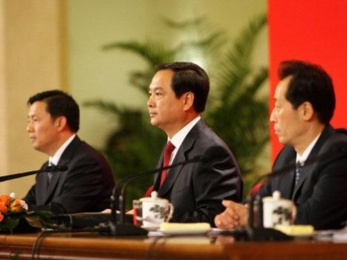 Ông Lý Đông Sinh (giữa)Ảnh: CHINA NEWS
