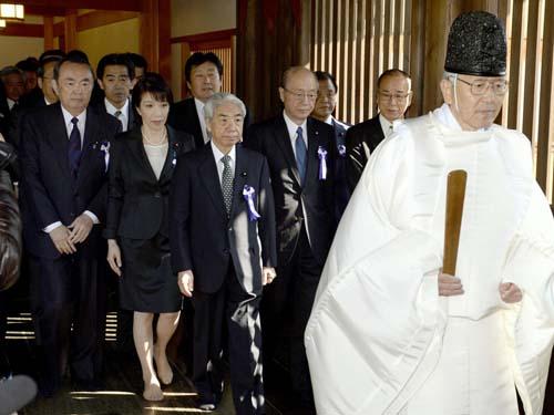 Các nghị sĩ vẫn thường hay viếng đền gây tranh cãi này và lần nào cũng làm Hàn, Trung Quốc tức giận. Ảnh: AP