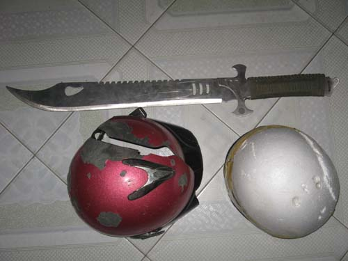 Hung khí và chiếc nón bảo hiểm của nạn nhân bị chém vỡ.