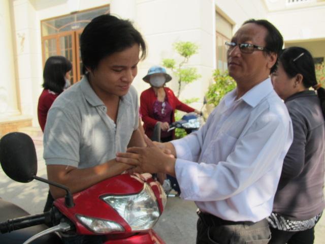 Anh Khương (áo trắng) và cha cháu Ngân sau phiên tòa