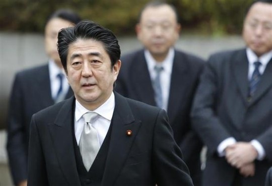 Thủ tướng Nhật Bản Abe đến viếng đền gây tranh cãi. Ảnh: Reuters