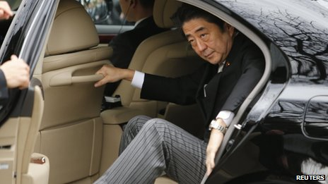Japanese PM Shinzo Abe arrives at Yasukuni shrine, 26 December 2013