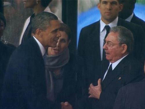 Cái bắt tay giữa Chủ tịch Cuba Raul Castro (phải)  và Tổng thống Mỹ Barack Obama hôm 10-12 Ảnh: Reuters