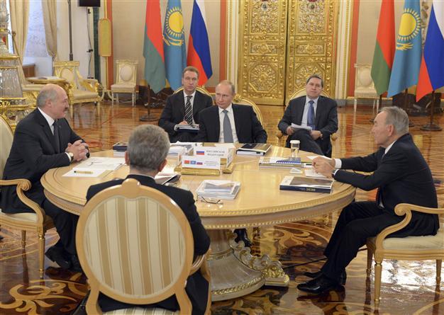 Tổng thống Nga Vladimir Putin (giữa) họp bàn cùng người đồng cấp Belarus Alexander Lukashenko (trái)  và Kazakhstan Nursultan Nazarbayev (phải) hôm 24-12. Ảnh: REUTERS