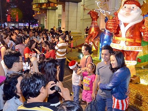 Người dân TP HCM đổ về khu vực trung tâm vui chơi Ảnh: Tấn Thạnh