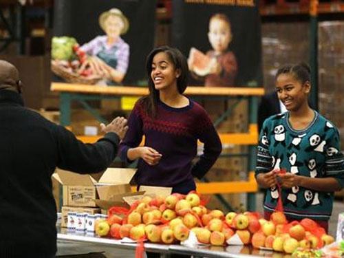Con gái Tổng thống Obama Malia,15 tuổi (trái) và Sasha, 12 tuổi