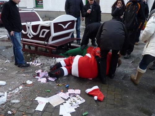 """Say rượu, ông già Noel """"làm xiếc"""" trên đường"""