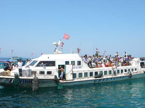 Tàu cao tốc An Vĩnh chở khách từ đảo Lý sơn vào đất liền.