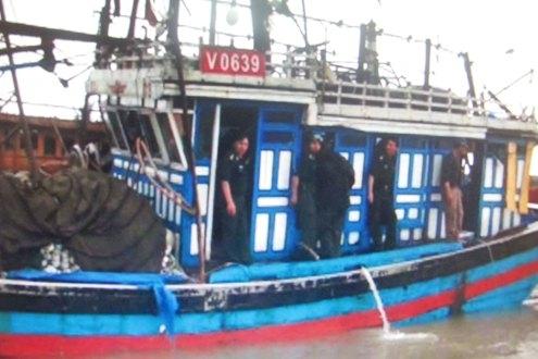 Bồ đội Biên phòng Thanh Hóa đã nhanh chóng tiếp cận chiếc tàu gặp nạn cứu sống 6 thuyền viên