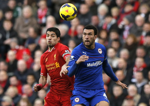 Luis Suarez (trái) đang thăng hoa trong màu áo Liverpool