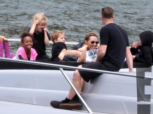 Angelina Jolie, Brad Pitt và 6 con vui Giáng sinh