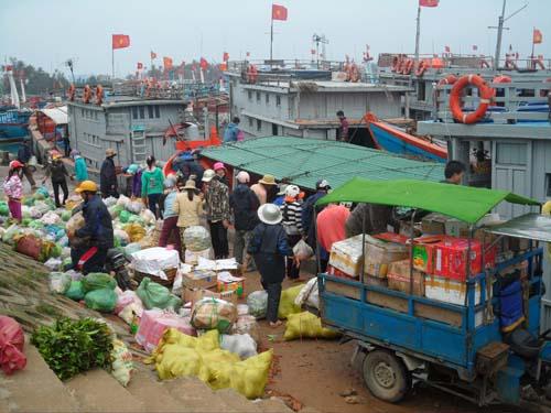 Hàng chục tấn hàng hóa được vận chuyển ra đảo để phục vụ người dân