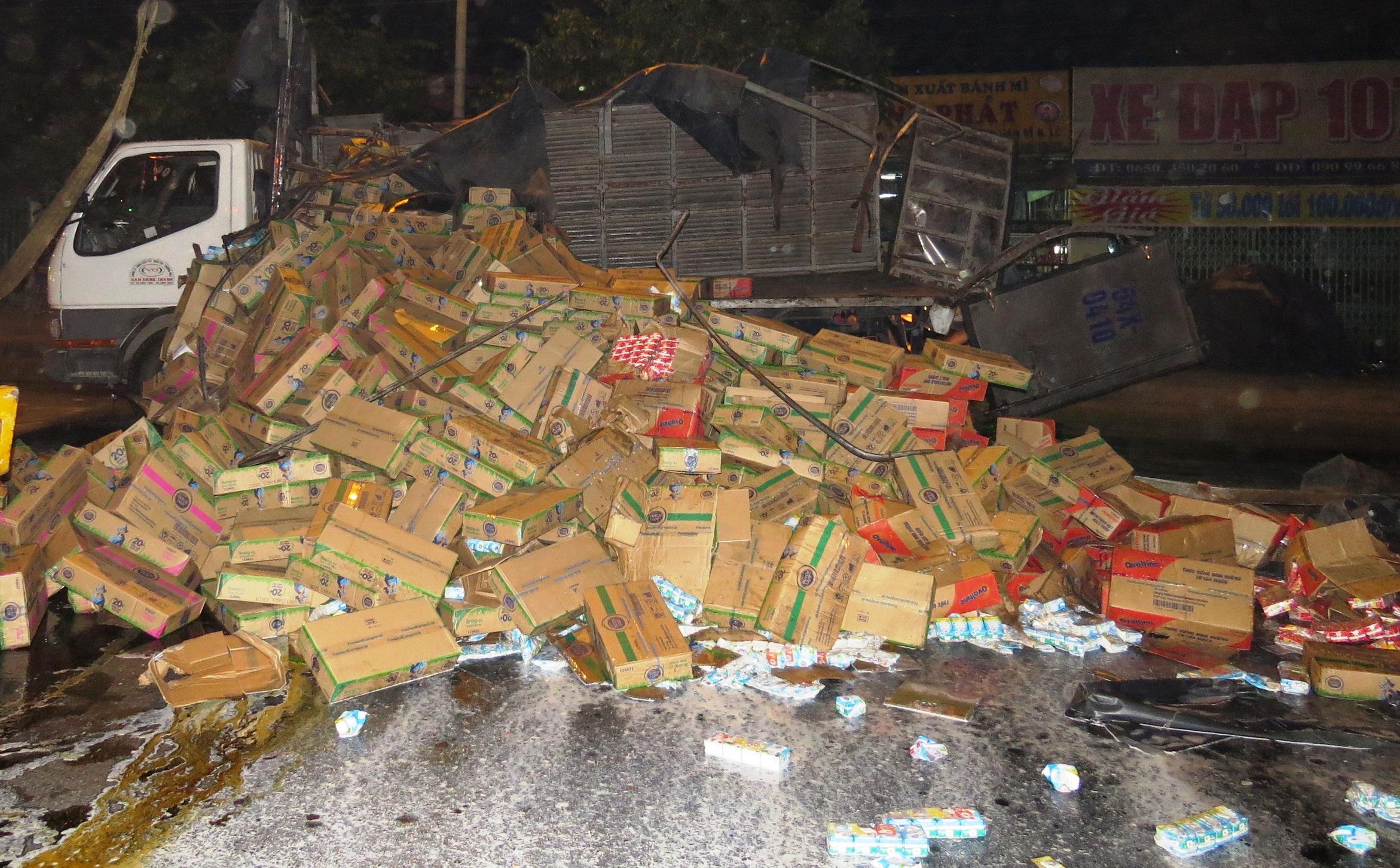 Hiện trường vụ xe tải lật làm đổ hàng trăm thùng sữa