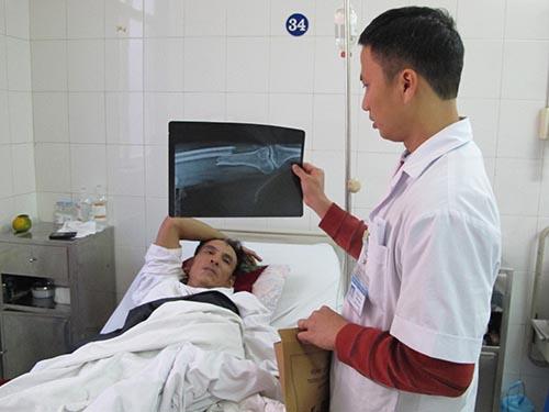 Bệnh nhân Đoàn Đình Bình đang được điều trị tại BV Việt Đức
