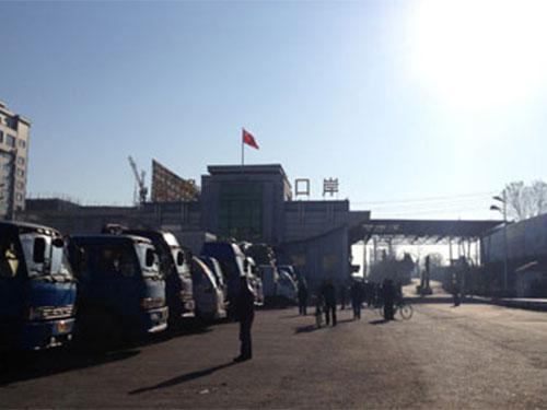 Hàng dài xe tải đến từ Triều Tiên đậu tại cảng hàng hóa ở Đan Đông Ảnh: BBC