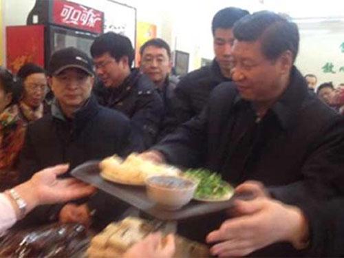 Ông Tập Cận Bình xếp hàng mua bánh bao. Ảnh: Weibo