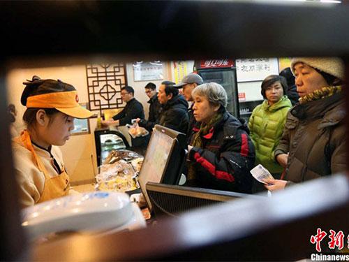 Người dân xếp hàng mua suất ăn chủ tịch. Ảnh: Chinanews