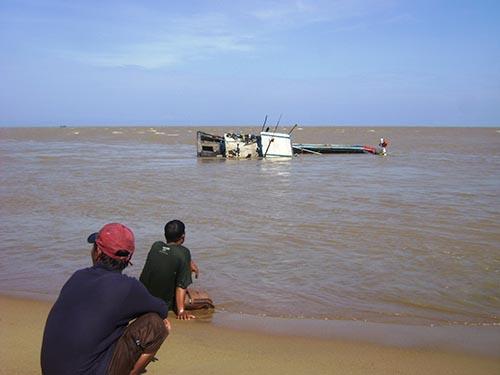 Một tàu cá bị chìm ở cửa biển Đà Rằng (tỉnh Phú Yên) do hỏng máy