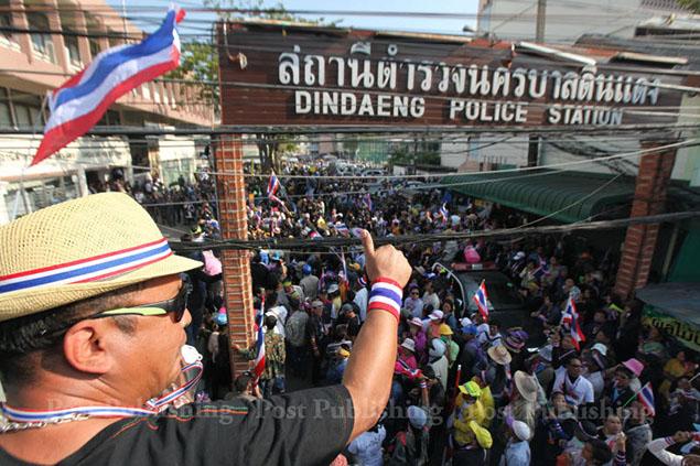 Đồn cảnh sát Din Daeng gần sân vận động cũng bị vây kín  Ảnh: BANGKOK POST