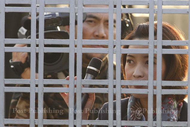 Phóng viên của Kênh 9 bị người biểu tình nhốt bên trong sân vận động Thái - Nhật hôm 23-12.  Ảnh: BANGKOK POST