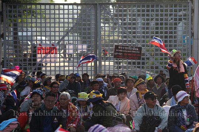 Người biểu tình phong tỏa lối vào sân vận động Thái - Nhật  Ảnh: BANGKOK POST