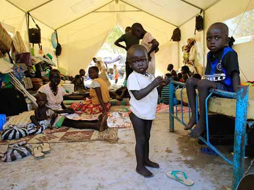 Hàng chục ngàn thường dân Nam Sudan phải rời bỏ nhà cửa do tình hình chiến sự ngày càng xấu đi.  Ảnh: REUTERS