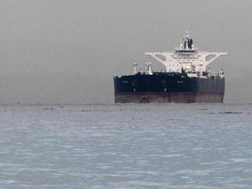 Tàu chở dầu Iran Delvar ngoài khơi Singapore tháng 3-2012 Ảnh: REUTERS