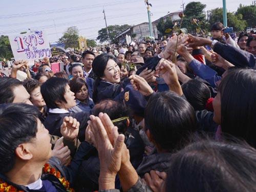 Bà Yingluck giữa những người ủng hộ trong chuyến đi các tỉnh vùng Đông Bắc Thái Lan hôm 22-12 Ảnh: THE BANGKOK POST