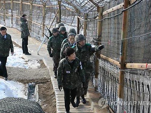 Tổng thống Hàn Quốc Park Geun Hye thị sát một đơn vị quân sự tiền tiêu hôm 24-12Ảnh: YONHAP