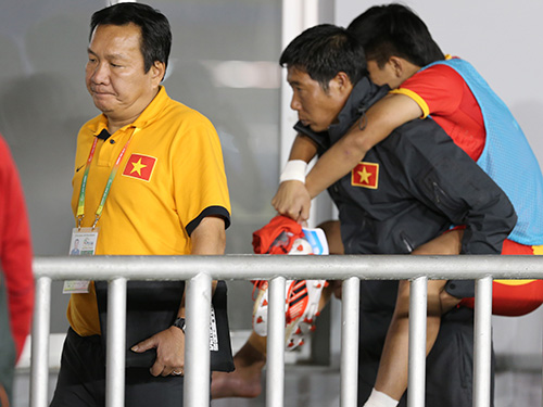 HLV Hoàng Văn Phúc (trái) nhận trách nhiệm về thất bại của U23 Việt Nam tại SEA Games 27 nhưng VFF thuyết phục ông ở lại đến tháng 3-2014Ảnh: QUANG LIÊM