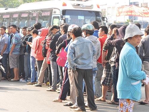 Xếp hàng mua vé bên ngoài sân vận động Thống Nhất (TP HCM) Ảnh:  Quang Liêm
